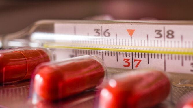 Ekspert przestrzega: nie łykajmy leków na gorączkę bez potrzeby