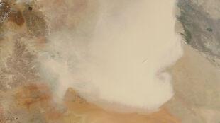 Ogromna chmura piasku. Widać ją nawet na zdjęciach satelitarnych