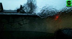 Deszcz zamarzł na szybie samochodu na Podkarpaciu