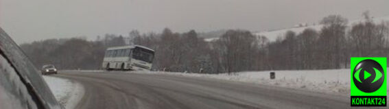 """Autobus zawisł nad skarpą. """"Zabrakło centymetrów"""""""