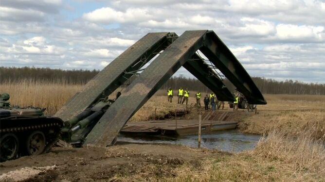Żołnierze rozłożyli tymczasowy most na Biebrzy