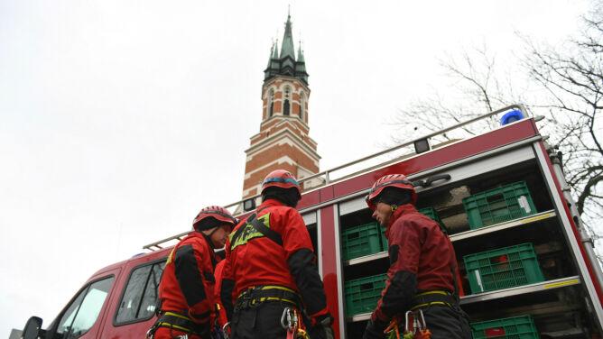 Ranni, uszkodzony dach teatru, złamany krzyż z wieży kościoła. Tysiące interwencji po wichurach